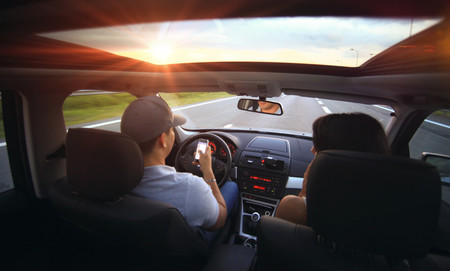 Guerra al móvil en el coche: ya hay quien propone que el culpable de un choque por distracción pague los daños