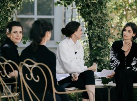 Carlota Casiraghi participa en una nueva sesión del club de lectura de Chanel con una chaqueta negra de tweed y un llamativo pantalón azul