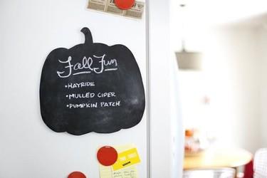 DIY de otoño: una pizarra con forma de calabaza para decorar no solo en Halloween