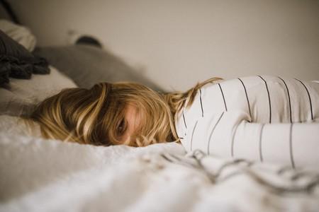 chica-cama-dormida