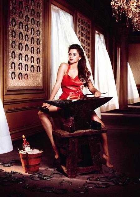 Penélope Cruz nos seduce de rojo pasión en el Calendario Campari 2013