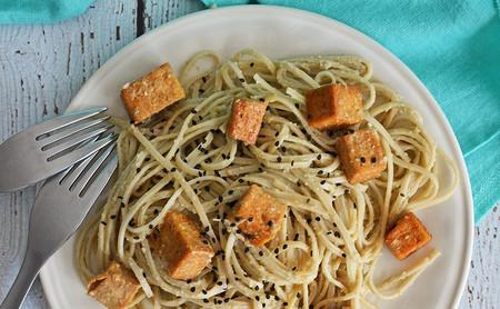 Pasta con salsa de matcha y trozos de tofu crujientes. Receta vegana