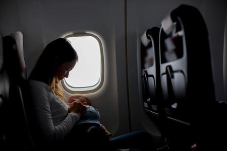 Cubrirse para dar el pecho a su bebé: la petición de la aerolínea KLM que ha sembrado la polémica
