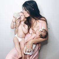 Se puede dar amor con teta y biberón: lo demuestra esta preciosa foto de una madre que amamanta y da el biberón a la vez a sus bebés