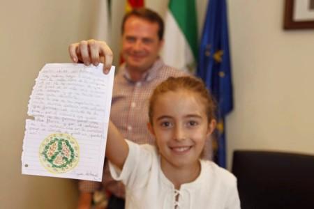 Helena tiene nueve años y es la asesora de urbanismo más joven y más implicada de nuestro país