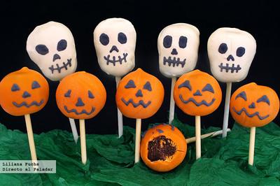 Cake pops o bizcobolas de chocolate con forma de calaveras y calabazas. Receta de Halloween