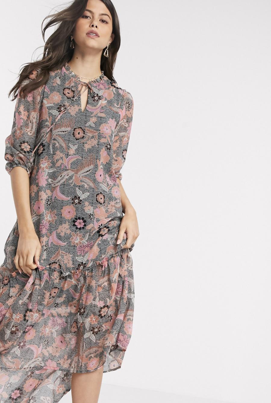 Vestido midi en chifón con cuello con lazo en diseño floral de cachemir de Vero Moda
