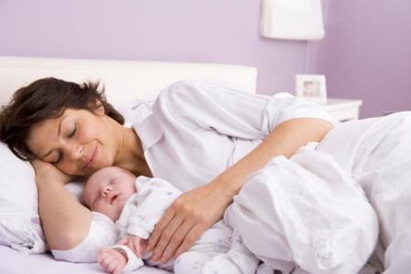 El recién nacido está inquieto: puede que tenga hambre