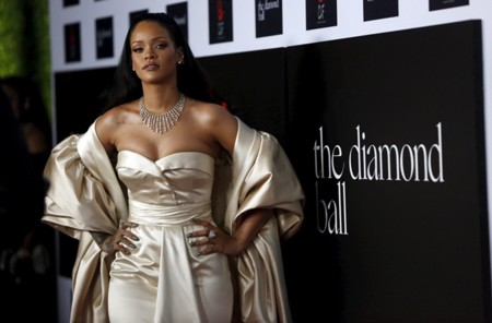 Una vez más, Rihanna es la reina del exceso, casi bate récord de tela utilizada