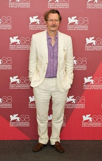 """Gary Oldman o cómo no posar en el photocall de """"Dark Horse"""" en el Festival de Venecia 2011"""