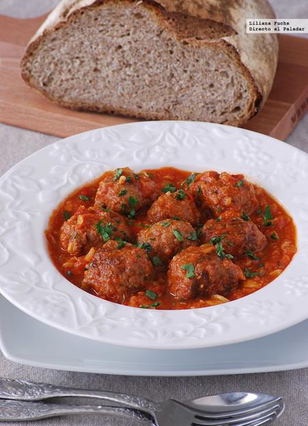 Albóndigas de chorizo en salsa de tomate y champiñones: receta para mojar pan