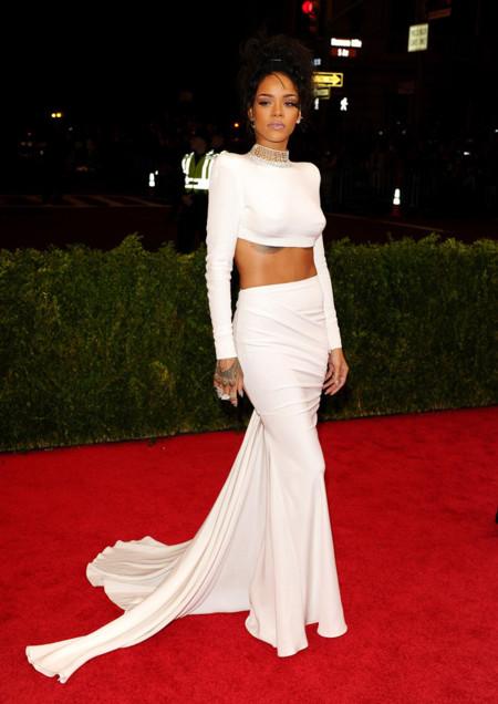 Rihanna es la mujer de blanco de Stella McCartney en la Gala del MET 2014. La anti pureza
