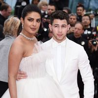 Nick Jonas se enfunda en un celestial look blanco para la red carpet de Cannes