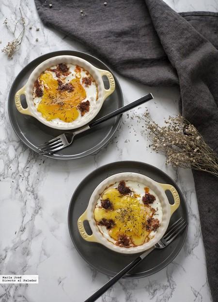 Las recetas de nuestros padres: huevos al plato con sobrasada