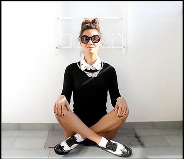 Moda en la calle: el estilo de llevar una camisa o una blusa