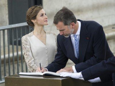 ¿Apostamos por un recogido elegante con media melena? Mira cómo lo hace la Reina Letizia en su viaje a París