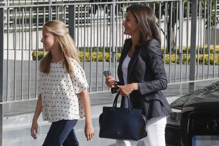 Doña Letizia y la princesa Leonor han visitado al rey don Juan Carlos con looks cómodos y estilosos, cargados de prendas básicas