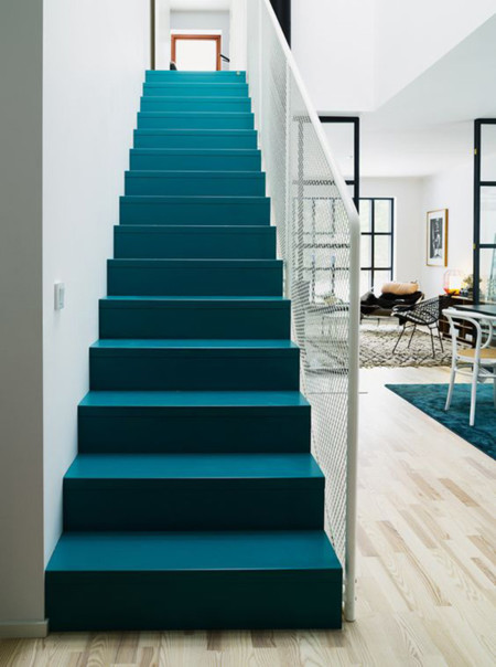 21 ideas para darle color y estilo a las escaleras de tu casa for Decoracion para pared de escaleras