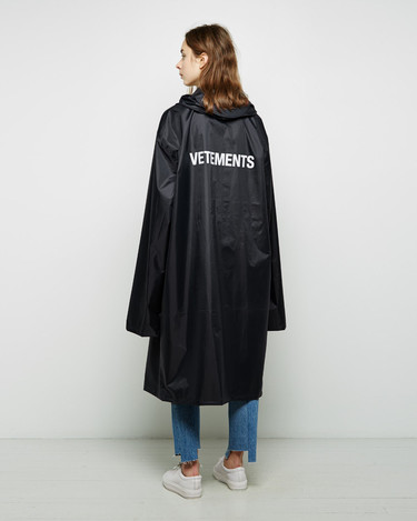 Clonados y pillados: el chubasquero de Vetements ya está disponible en Zara