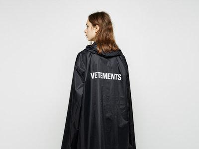 Clonados y pillados: el chubasquero de Vetements ya está disponible en Zara
