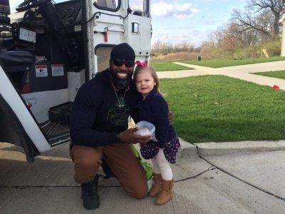 La emocionante amistad de una niña con el encargado de recoger la basura de su barrio arrasa en Facebook