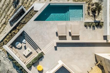 Una casa con la que soñar en Santorini con el cemento como protagonista tanto en su exterior como en su interior