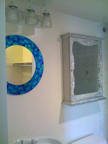 Antes y después: un botiquín de baño convertido en estantería para especias