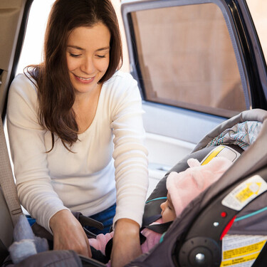 El arco antivuelco en las sillas de coche: qué función tiene y por qué es tan importante instalarlo correctamente