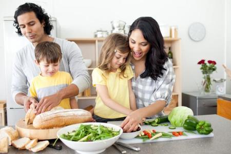 ¿Quieres que tu hijo coma más verduras? Deja que ayude en la cocina