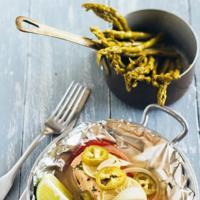 Salmón empapelado con chile y limón
