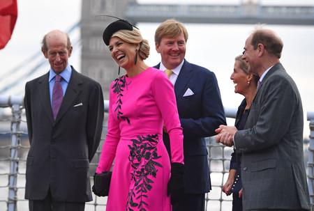 El día que Máxima de Holanda arrasó con un vestido fucsia de Oscar de la Renta de más de 4.800 euros