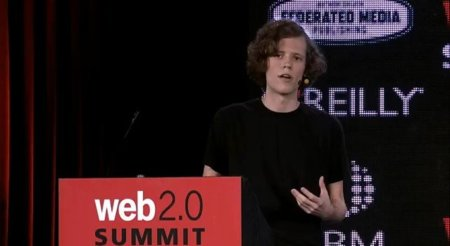 El creador de 4Chan arremete sobre el manejo de identidad en Facebook y Google+