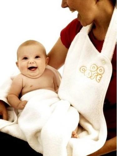 Una práctica toalla delantal para el baño del bebé