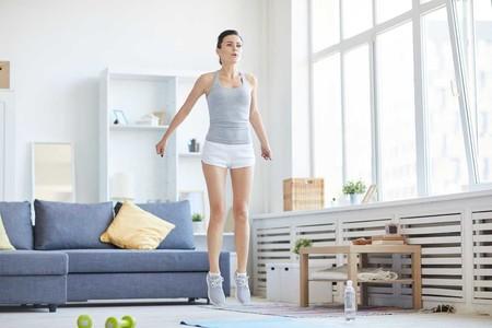 Una rutina HIIT de 30 minutos para perder peso entrenando en casa (y sin material)