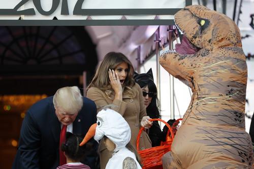 Los dinosaurios asustan al matrimonio Trump por Halloween (y sacan su lado más humano)