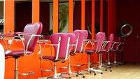 Hotcuts: las peluqueras que atienden en topless