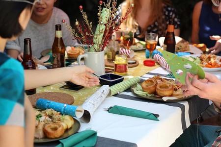 Aunque se lo merecen todo, salir a comer para celebrar el Día de la Madre también puede ser machista... y comprar una olla, no