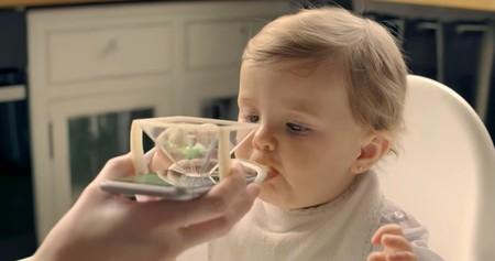 ¿Por qué es una mala idea? Los siete errores de Nutrispoon, la cuchara con soporte para el móvil para dar de comer al bebé