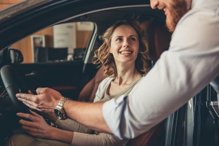 vendedor de coche con cliente montada