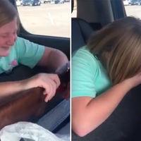 La alegría de una niña estadounidense cuando recibe de regalo su primer arma de fuego