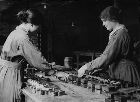 Dos Trabajadoras Del Lancashire Fabrican Mascaras De Goma Antigas