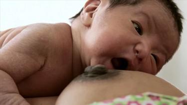 El poder del instinto: el recién nacido busca el pecho de la madre para mamar