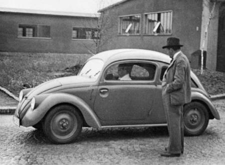 ferdinand-porsche-1937-in-front-of-a-vw-prototype-w30.jpg