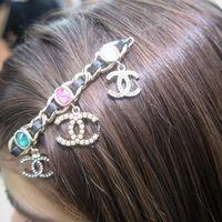 Ya sabemos cuál será la siguiente horquilla de moda: la firma Chanel y lleva la típica cadena de sus bolsos