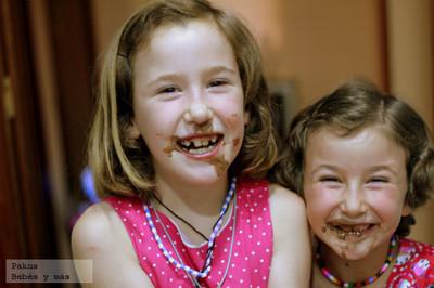 Haciendo bizcochos de chocolate con los pequeños de la casa