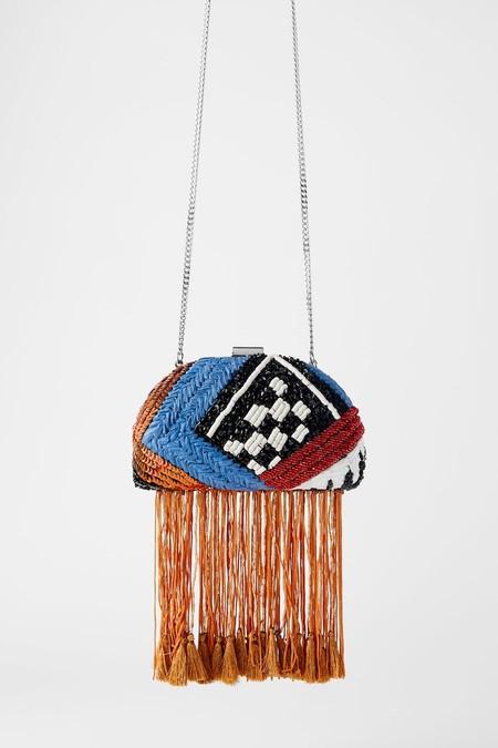 Bandolera formato caja en combinación de colores. Cuerpo rígido con abalorios de diferentes formas, texturas y materiales.