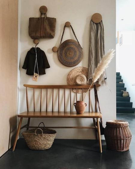 9 perchas de pared que decoran incluso sin colgar nada (y ayudan a poner orden)