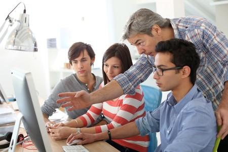 Los universitarios se creen más inteligentes que sus compañeras y ellas les dan la razón, aunque sea falso: ¿nos exigimos más?