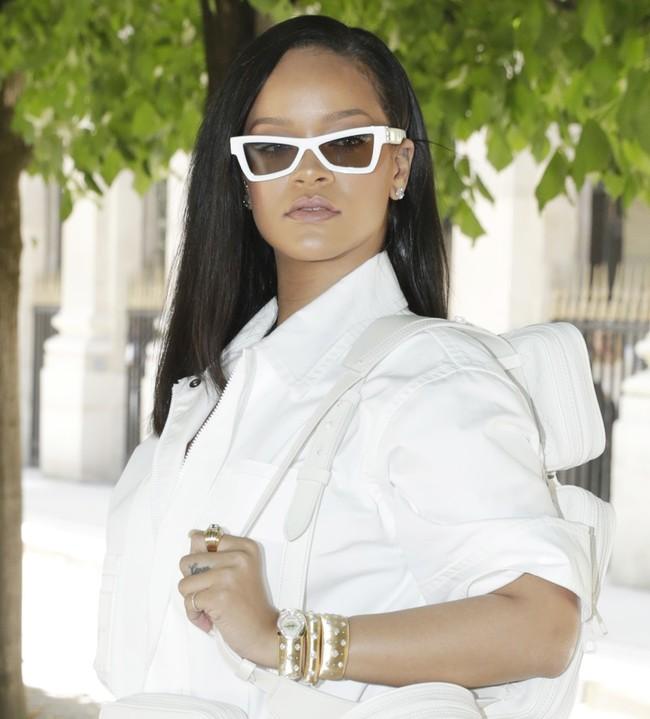El look más veraniego de Rihanna lleva sombrero (y lo querrás copiar)