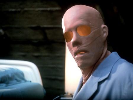 'El hombre sin sombra' de Verhoeven: un sarcástico precedente de 'El hombre invisible' y la versión más violenta del monstruo